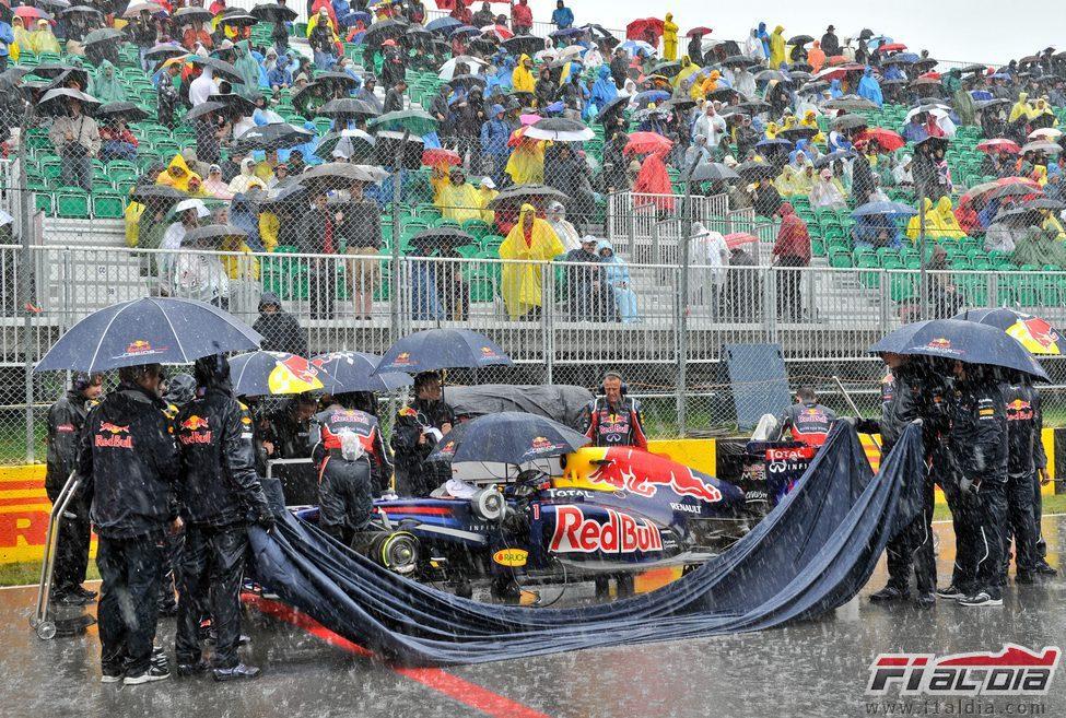 El Red Bull de Vettel completamente empapado en la parrilla del GP de Canadá 2011