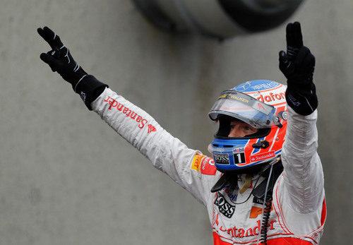 Jenson Button levanta los brazos tras ganar el GP de Canadá 2011