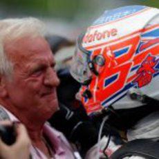 Button se abraza con su padre en el GP de Canadá 2011