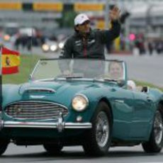 De la Rosa saluda al público en el GP de Canadá 2011