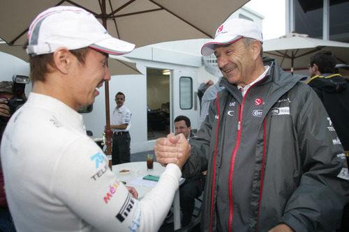 Kobayashi recibe la felicitación de su jefe tras el GP de Canadá 2011