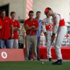 Jenson Button jugando al golf en Valencia