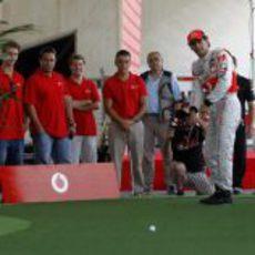 De la Rosa le da una clase de golf a Button en Valencia
