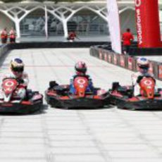 Una carrera de karts con De la Rosa, Button y uno de los pilotos jóvenes