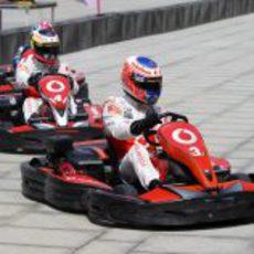 La carrera de karts la ganó Button finalmente