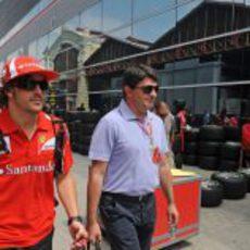 Alonso y su manager llegan al circuito de Valencia