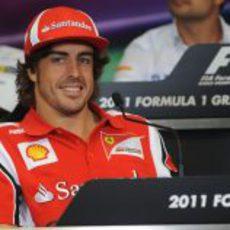 Alonso sonriente en la rueda de prensa oficial de la FIA