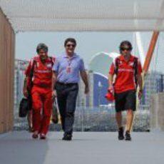 Fernando Alonso llega a Valencia acompañado de su mánager y su fisio