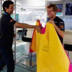 Vettel se divierte con el capote en Valencia