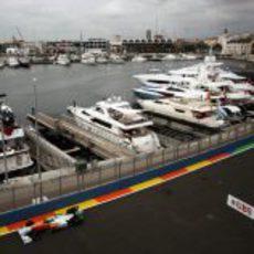Sutil pasa junto al puerto deportivo de Valencia