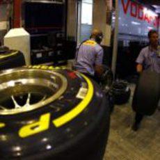 Los operarios de Pirelli preparan los neumáticos de McLaren
