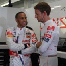 Hamilton y Button hablan en su box del GP de Europa 2011