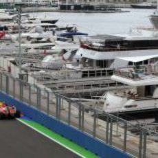 Alonso pasa junto al puerto deportivo de Valencia