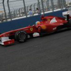 Alonso pasa junto a los muros del VSC
