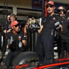 Hamilton y Button hacen de mecánicos en Valencia