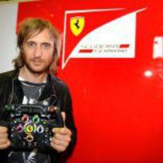 David Guetta se pasó por el box de Ferrari en Valencia