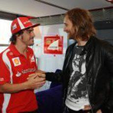David Guetta saluda a Fernando Alonso en Valencia