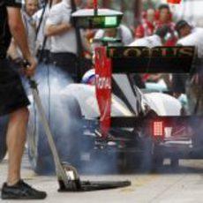 Petrov llega a los boxes del circuito de Valencia quemando rueda