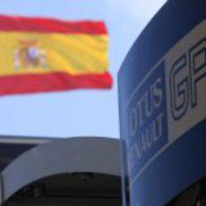 La bandera española junto al motorhome de Lotus Renault GP en Valencia