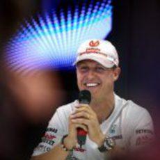 Schumacher sonríe mientras atiende a los medios en Valencia
