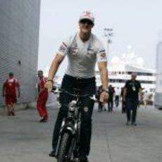 Schumacher pasea en bicicleta por el paddock de Valencia