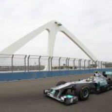 Rosberg pasa por el puente en el Valencia Street Circuit