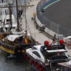 Schumacher pasa junto a los barcos atracados en el puerto de Valencia