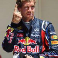 Vettel vuelve a enseñar su dedo al mundo en el GP de Europa 2011