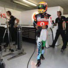 """Hamilton vistiendo el """"peculiar"""" mono de los sábados en Valencia"""