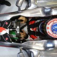 Jenson Button metido en el MP4-26 para la clasificación