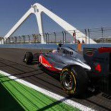 Button cruza el puente en la clasificación de Valencia