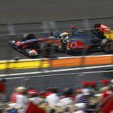 Lewis Hamilton pasa ante el público de Valencia