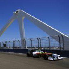 Paul di Resta cruza el puente del VSC