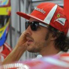 Fernando Alonso estrena gafas de sol en Valencia