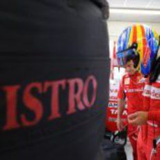 Alonso listo para meterse en el coche en el GP de Europa 2011