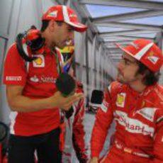 Marc Gené y Fernando Alonso hablan en el box de Ferrari en Valencia