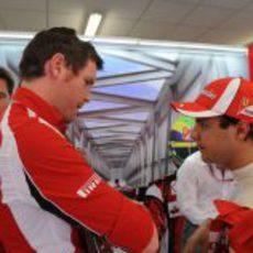 Rob Smedley y Felipe Massa hablan en el box en Valencia