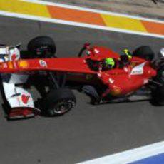 Felipe Massa sale del 'pit-lane' de Valencia