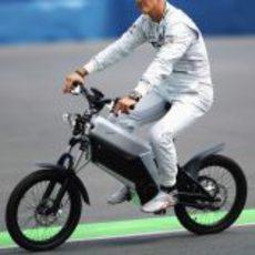 Michael Schumacher en bicicleta por el circuito urbano de Valencia