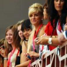 Muchas chicas en el circuito de Valencia