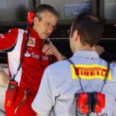 Pat Fry habla con el responsable de Pirelli en Valencia