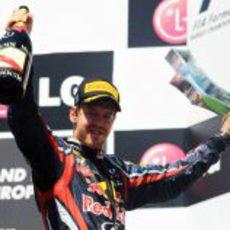 Vettel levanta su trofeo en el GP de Europa 2011