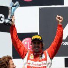 Alonso levanta su trofeo en el GP de Europa 2011