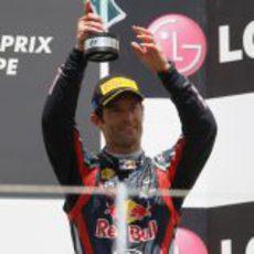 Webber levanta su trofeo en el GP de Europa 2011