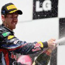 Sebastian Vettel descorcha el champán en Valencia 2011