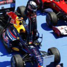 Vettel se sube a su monoplaza para celebrar su victoria en el GP de Europa 2011