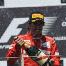 Fernando Alonso descorcha el champán en el GP de Europa 2011