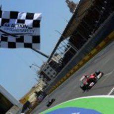 Alonso cruza la línea de meta en segunda posición en el GP de Europa 2011