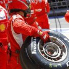 Uno de los mecánicos de Ferrari preparado con un neumático Pirelli 'medio'
