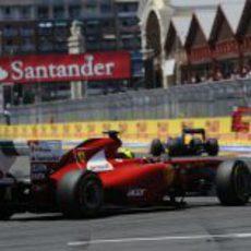 Felipe Massa en la última curva del circuito de Valencia